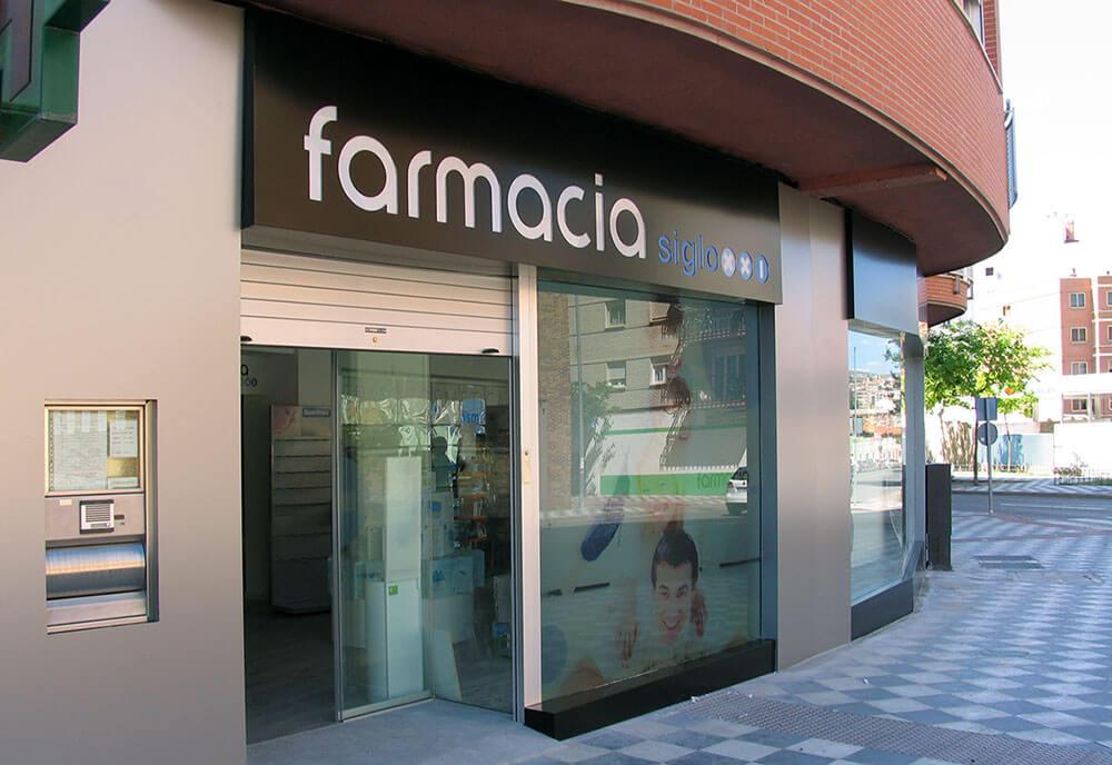 Fachada y-rótulo farmacia en composite